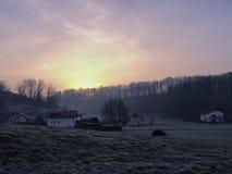 Zonsopgang over klein Europees dorp stock afbeeldingen