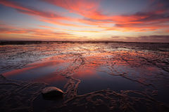Zonsopgang over Lange Ertsader at low tide met reflectins Stock Foto's