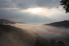 Zonsopgang over meer Bunyonyi stock fotografie
