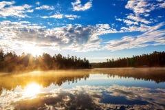 Zonsopgang over Misty Lake in Payson Arizona Stock Afbeeldingen