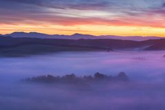 Zonsopgang over Misty Landscape Toneelmening van Mistige Ochtendhemel met het Toenemen Zon boven Misty Forest Middle Summer Natur royalty-vrije stock foto's