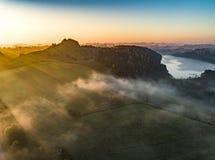Zonsopgang over mooie landschap en berg - hommelfoto stock afbeelding