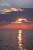 Zonsopgang over Oceaan met het Wijzen van op Stralen Stock Afbeelding