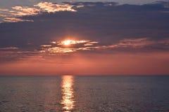 Zonsopgang over Oceaan met het Wijzen van op Stralen en Pastelkleurhemel Royalty-vrije Stock Afbeelding