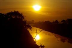 Zonsopgang over rivier in Java Stock Foto