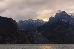 Zonsopgang over rotsachtige bergen Stock Afbeeldingen