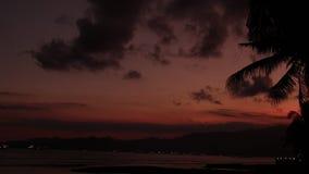 Zonsopgang over tropische eilandstrand en palmen, het eiland van Bali stock videobeelden