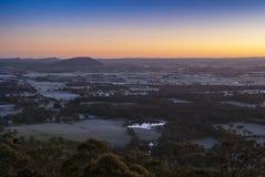 Zonsopgang over verre heuvels Stock Afbeeldingen