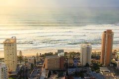 Zonsopgang in Paradijs Surfers stock afbeeldingen