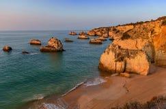 Zonsopgang in Praia DA Donna Anna royalty-vrije stock fotografie