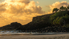 Zonsopgang rotsachtige kustlijn Royalty-vrije Stock Afbeeldingen
