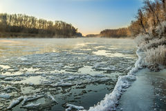 Zonsopgang tijdens vorst-omhoog in de rivier stock foto