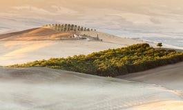 Zonsopgang in Toscaans platteland dichtbij Pienza, Italië Stock Fotografie
