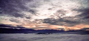 Zonsopgang tussen de wolken in het Himalayagebergte Royalty-vrije Stock Foto's