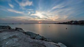 Zonsopgang van overzees met dramatische intense hemel Verbazend landschap stock videobeelden