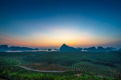 Zonsopgang van sa-ontmoeten-nang-zij oriëntatiepunt in Phang-nga, Thailand royalty-vrije stock afbeeldingen