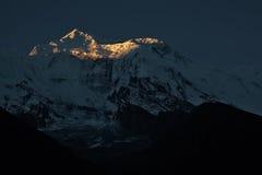 Zonsopgang van sneeuwberg in Nepal Stock Foto's