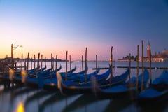 Zonsopgang in Venetië en gondels Stock Afbeeldingen