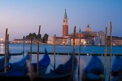 Zonsopgang in Venetië en gondels Stock Foto's
