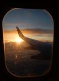 Zonsopgang in vliegtuigvenster royalty-vrije stock afbeelding