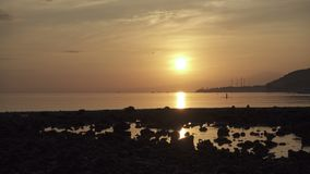 Zonsopgang vroeg in de ochtend op het tropische strand van Pemuteran Bali, Indonesië, Klem4k hoge resolutie stock footage