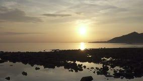 Zonsopgang vroeg in de ochtend op het tropische strand van Pemuteran Bali, Indonesi? stock video