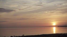 Zonsopgang vroeg in de ochtend op het tropische strand van Pemuteran Bali, Indonesi?, Klem4k hoge resolutie stock video