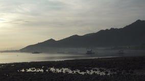 Zonsopgang vroeg in de ochtend op het tropische strand van Pemuteran Bali, Indonesi?, Klem4k hoge resolutie stock videobeelden