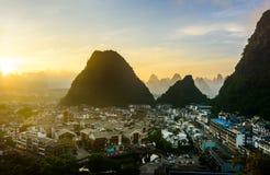 Zonsopgang in Yangshuo China over de karst rotsen en stad Royalty-vrije Stock Fotografie