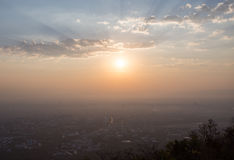 Zonsopgang, zonnestraal en wolk over stad van Toneelmeningspunt royalty-vrije stock foto