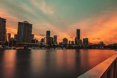 Zonsopganghemel over stad en rive royalty-vrije stock foto's