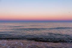 Zonsopgangkleuren over het overzees stock afbeelding