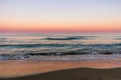 Zonsopgangkleuren over het zeegezicht stock foto