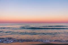 Zonsopgangkleuren over het zeegezicht stock afbeelding