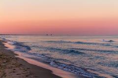 Zonsopgangkleuren over het zeegezicht stock foto's
