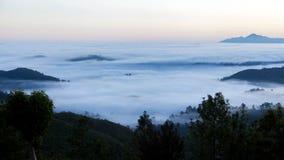 Zonsopganglandschap in de bosbergen met een mist, Sri Lanka timelapse stock videobeelden