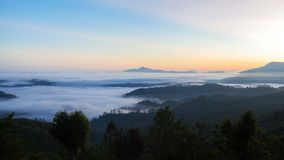 Zonsopganglandschap in de bosbergen met een mist, Sri Lanka timelapse stock video