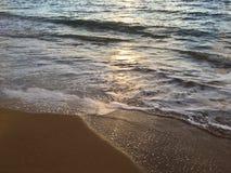 Zonsopganglicht op Vreedzame Oceaangolven op Strand in Kapaa op het Eiland van Kauai in Hawaï Stock Afbeeldingen