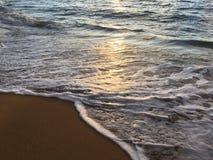Zonsopganglicht op Vreedzame Oceaangolven op Strand in Kapaa op het Eiland van Kauai in Hawaï Royalty-vrije Stock Foto