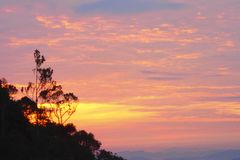 Zonsopgangmening bij chemerong berembun langsir kampeerterrein, CBL, Maleisië stock afbeeldingen
