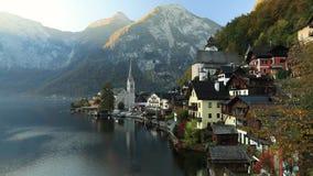 Zonsopgangmening van beroemd Hallstatt-bergdorp met Hallstatter-meer, Oostenrijk stock footage