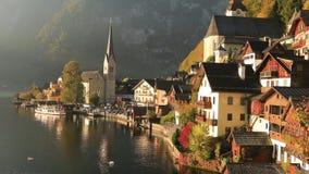 Zonsopgangmening van beroemd Hallstatt-bergdorp met Hallstatter-meer, Oostenrijk stock video