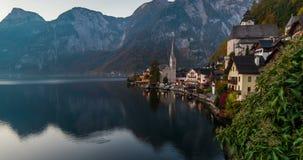 Zonsopgangmening van Hallstatt-bergdorp met Hallstatter-meer, Oostenrijk stock videobeelden