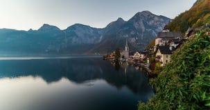 Zonsopgangmening van Hallstatt-bergdorp met Hallstatter-meer, Oostenrijk stock footage