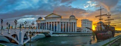Zonsopgangmening van het Skopje-stadscentrum stock afbeeldingen