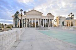 Zonsopgangmening van Macedonisch archeologisch museum in Skopje royalty-vrije stock foto