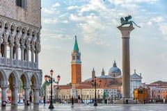 Zonsopgangmening van piazza San Marco, het Paleis Palazzo Ducale van de Doge in Venetië, Italië royalty-vrije stock afbeelding