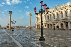 Zonsopgangmening van piazza San Marco, het Paleis Palazzo Ducale van de Doge in Venetië, Italië stock foto's
