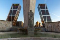 Zonsopgangmening van Poort van de Torens van Europa KIO bij Paseo DE La Castellana straat in Stad van Madrid, Stock Afbeeldingen