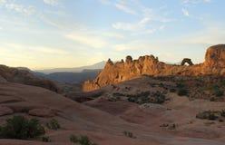 Zonsopgangpanorama van Gevoelige Boog, Bogen Nationaal Park Stock Afbeeldingen